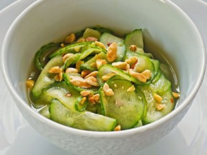 Огуречный салат сарахисом